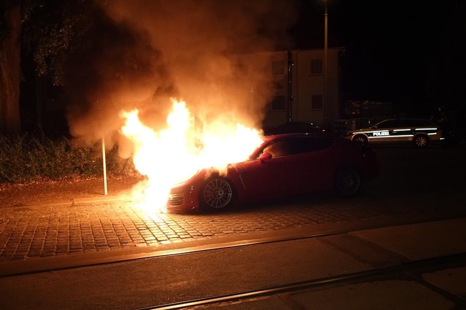 Der Porsche stand in Flammen als die Polizei eintraf.