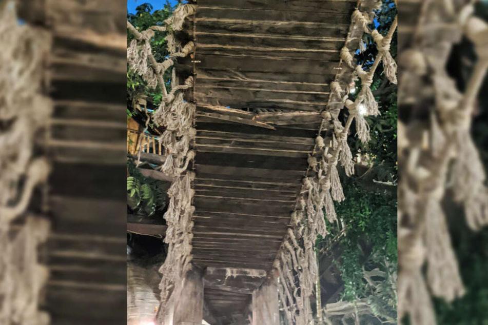Eine Latte der Hängebrücke ist komplett durchgebrochen.