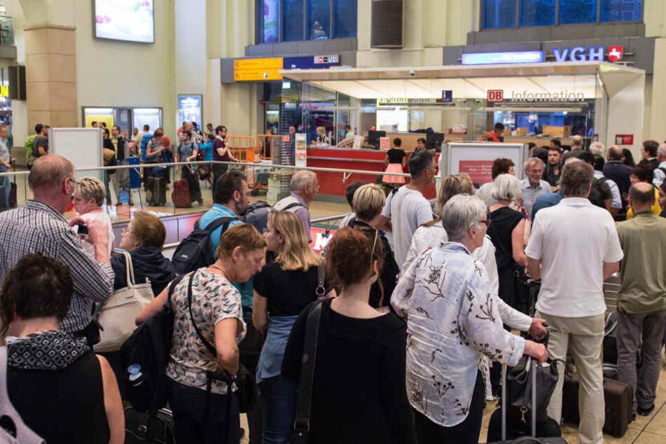 Am Bahnhof in Hannover bildeten sich aufgrund der vielen Zugausfälle lange Schlangen an den Schaltern.