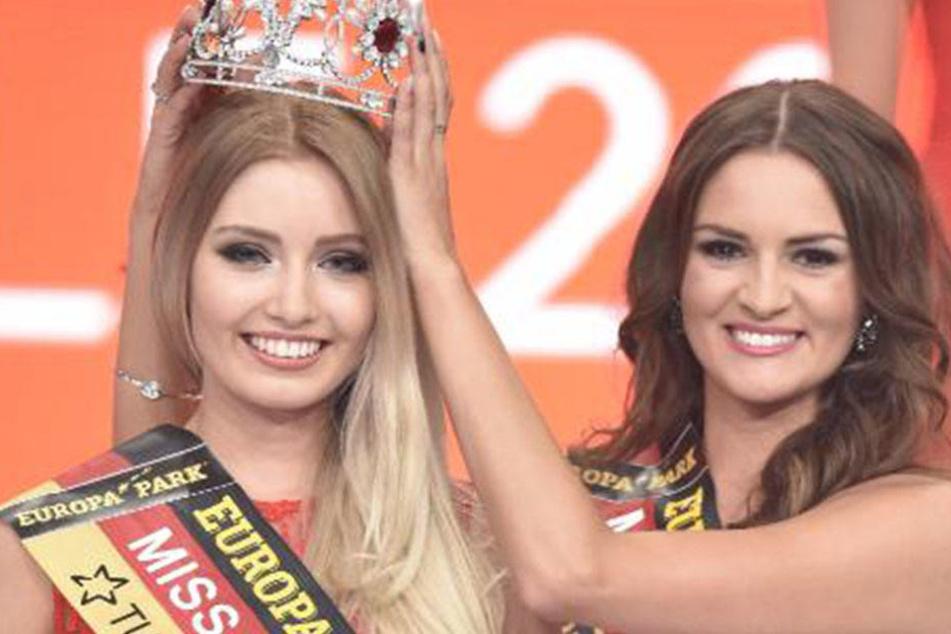 Ihre Vorgängerin, Lena Bröder, setzt Soraya die Krone auf.