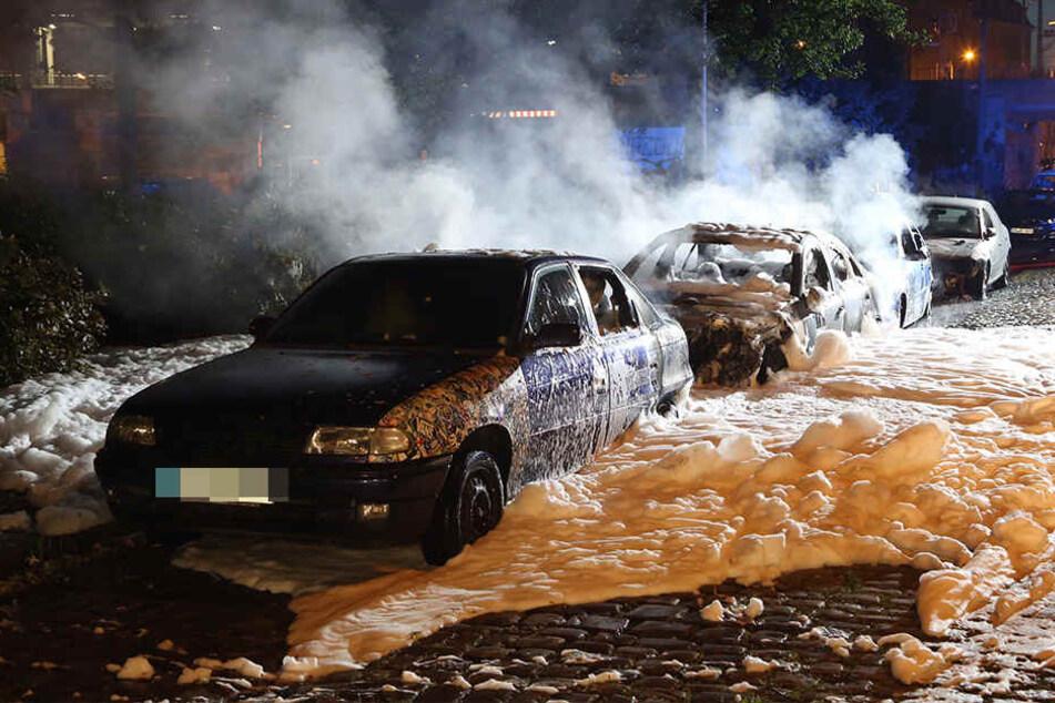 In der Leipziger Vorstadt brannten in der Nacht vier geparkte Autos.