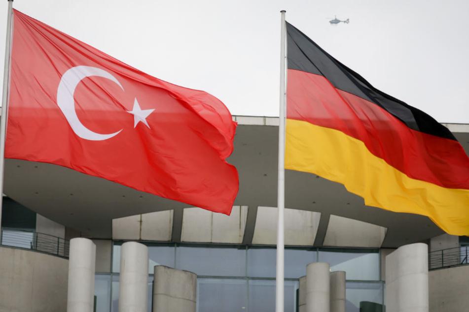 Eine türkische und eine deutsche Fahne vor dem Kanzleramt.