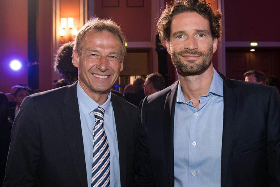 Arne Friedrich posiert neben Jürgen Klinsmann beim 125-jährigen Hertha-Jubiläum.