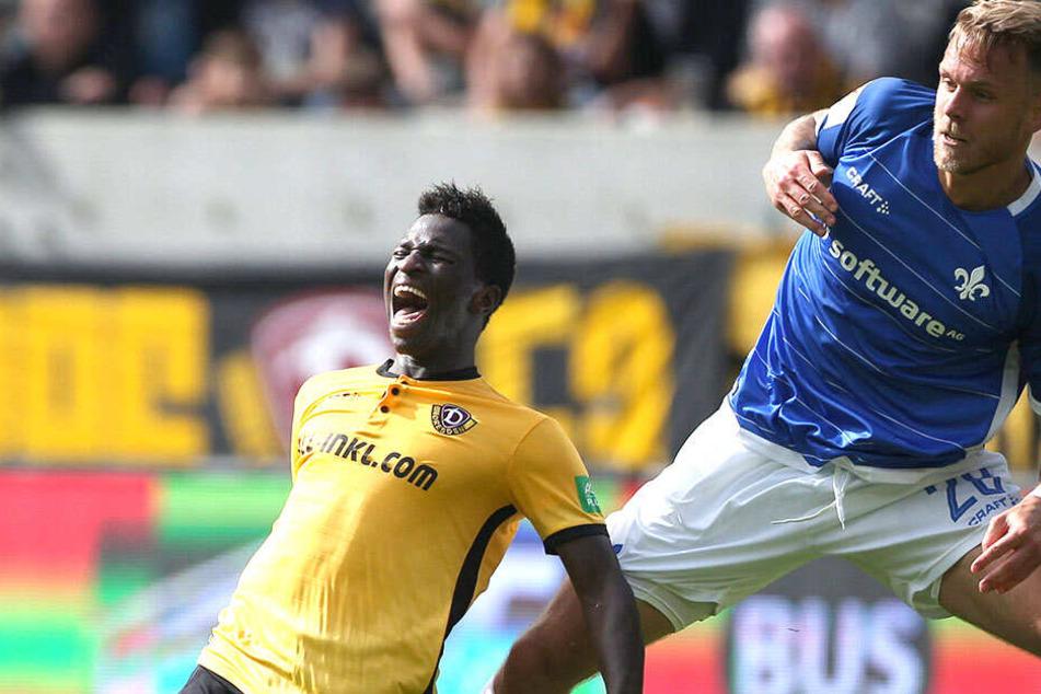 Moussa Koné (l.) wird von Ex-Dynamo Marcel Franke (jetzt Darmstadt) in die Knie gezwungen. Liegen die Schwarz-Gelben einmal am Boden, stehen sie nur selten wieder auf.