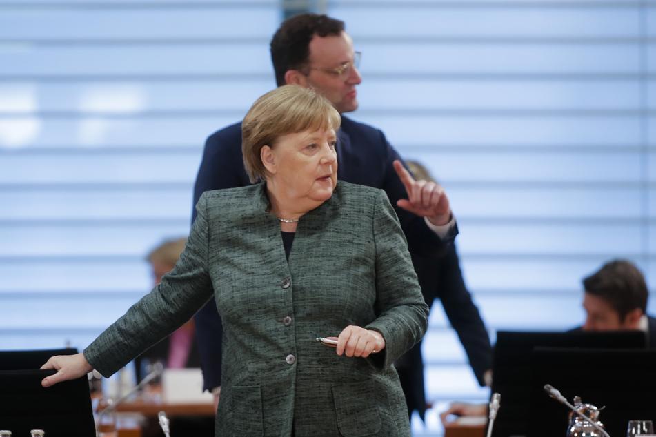Bundeskanzlerin Angela Merkel und Gesundheitsminister Jens Spahn (beide CDU) bei der wöchentlichen Kabinettssitzung der Bundesregierung im Kanzleramt in Berlin.