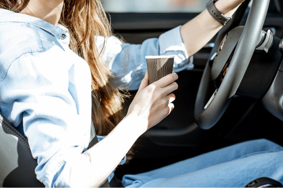 Rutsch und rums: Rund 24.000 Euro kostete eine Autofahrerin der Kaffee zum Mitnehmen. (Symbolbild)