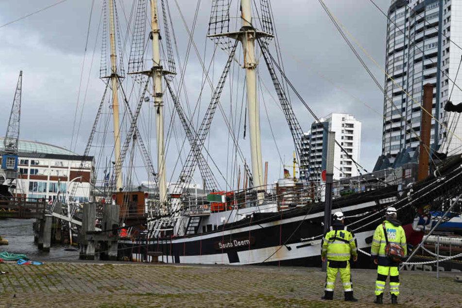 """Mitarbeiter einer Bergungsfirma stehen vor dem historischen Segelschiff """"SeuteDeern"""" in Bremerhaven."""