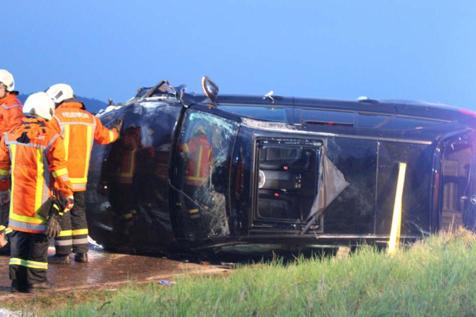 Die Feuerwehr befreite den 26-Jährigen aus dem Mercedes, worin er eingeklemmt war.
