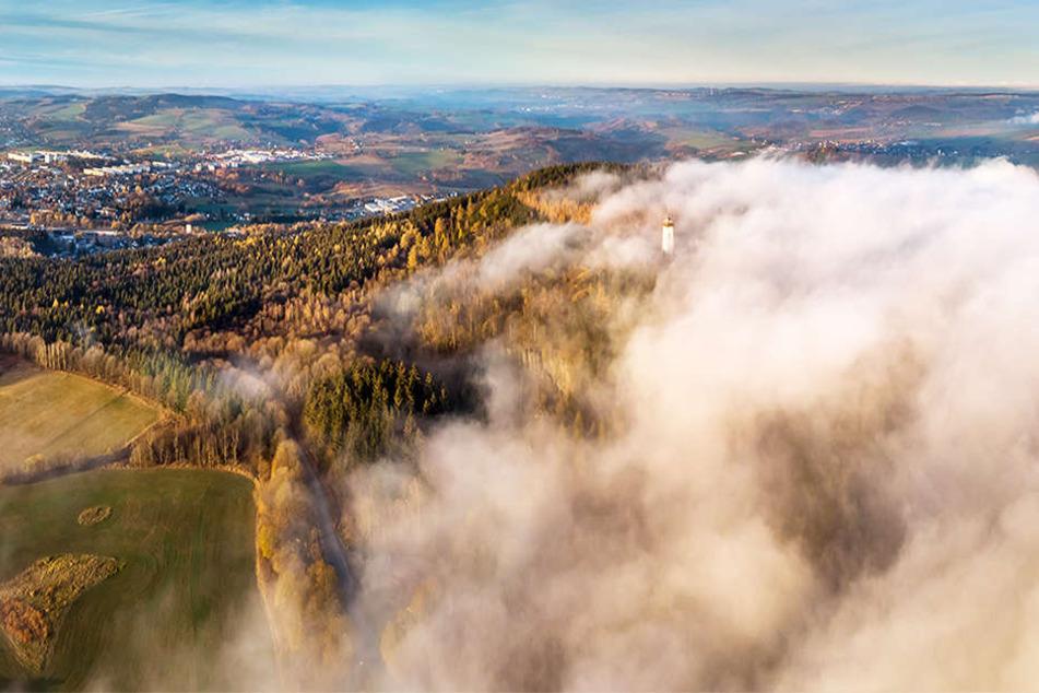 Herbstliches Naturschauspiel: Nebelzauber schwappt über das Erzgebirge!