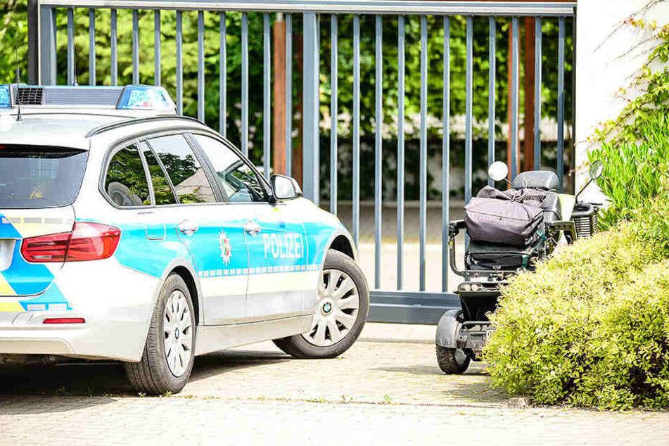Die Polizei sperrte den Gehweg wegen des Rollstuhls ab.