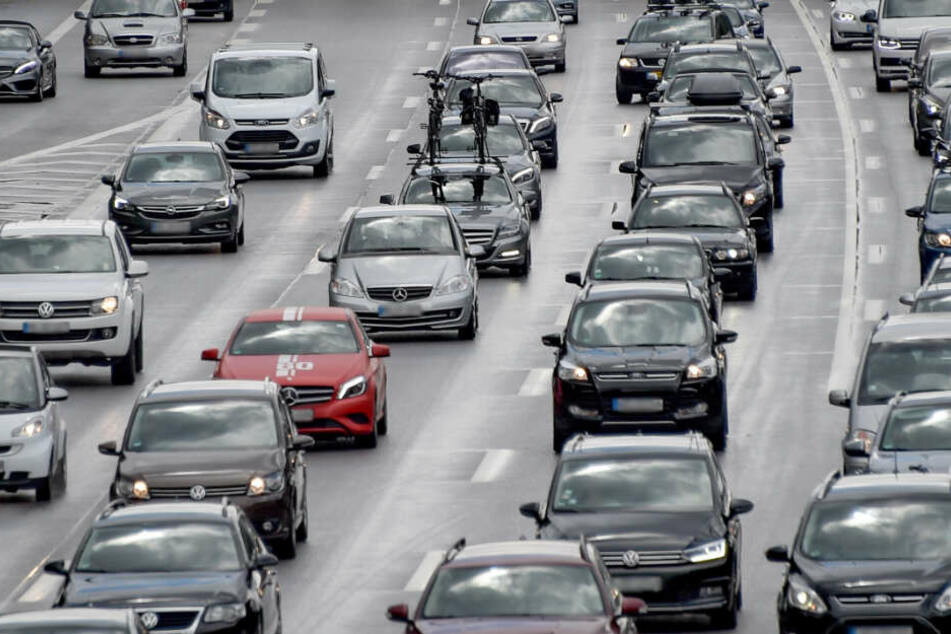 Autos stehen dicht aneinander gereiht im Stau. (Symbolbild)