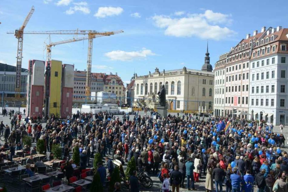 Mehrere Hundert Menschen haben sich am Sonntag auf dem Dresdner Neumarkt versammelt.
