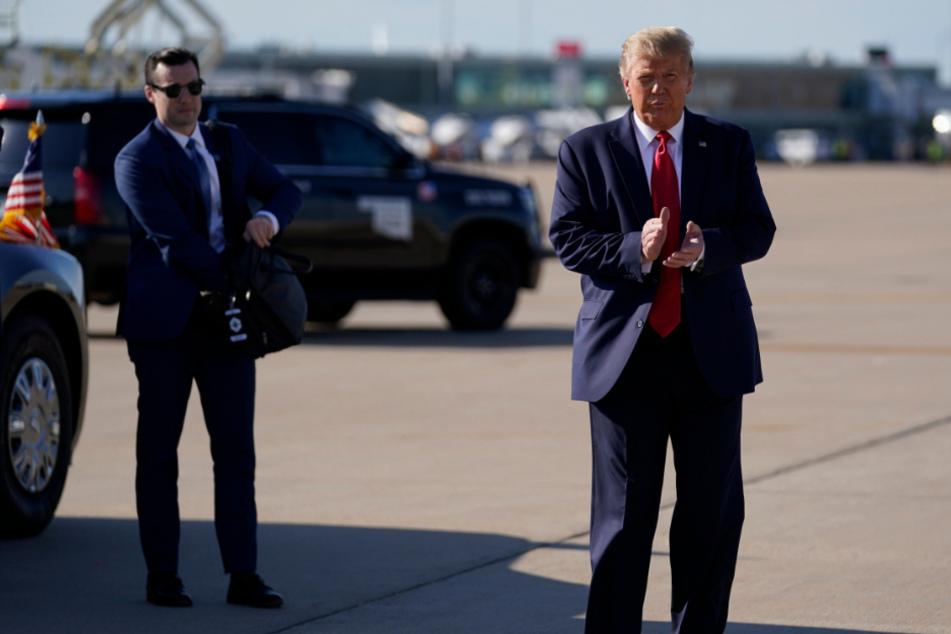 Donald Trump (rechts), Präsident der USA, trifft auf dem internationalen Flughafen Tulsa ein.