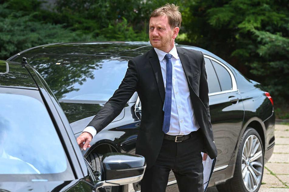 Ein Termin jagt den anderen. MP Michael Kretschmer (44) steigt in seine gepanzerte Dienst-Limousine.