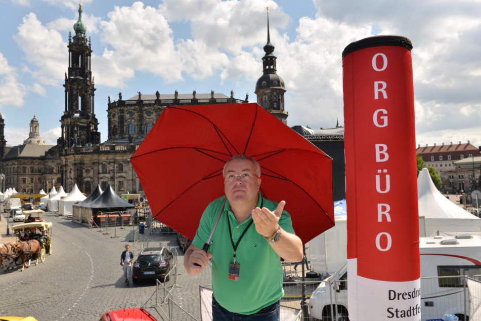 Regen oder Sonnenschein? Stadtfest-Veranstalter Frank Schröder ist vorbereitet.