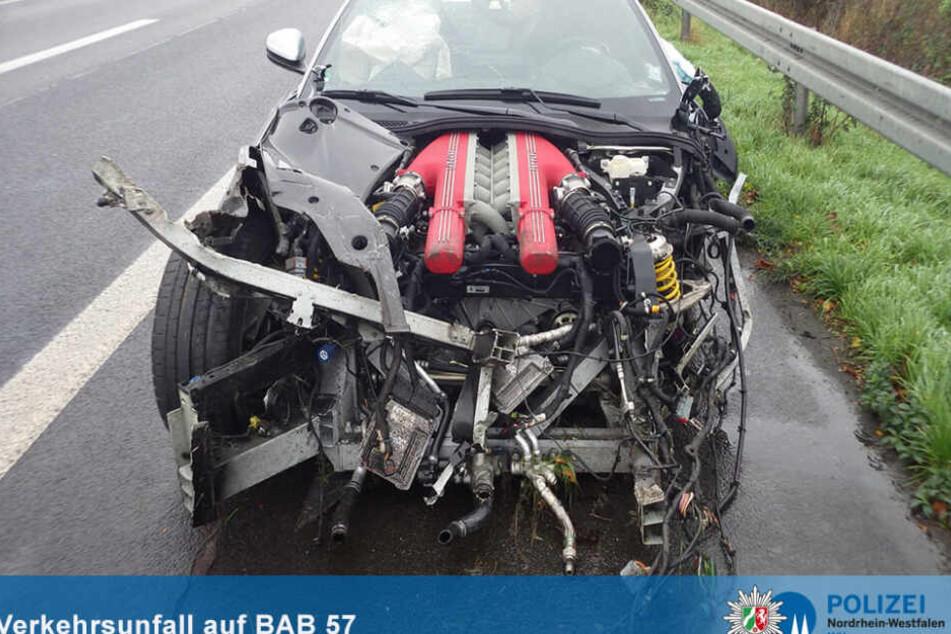 Der Ferrari wurde bei dem Unfall auf der A57 erheblich zerstört.
