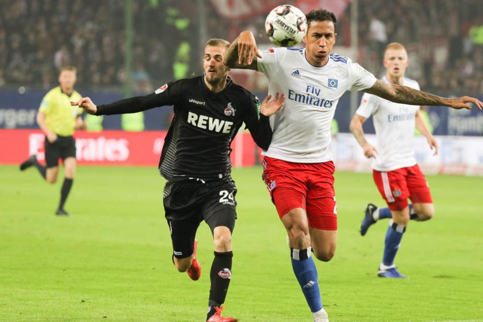 Kölns Dominick Drexler im Duell mit dem Hamburger Leo Lacroix.