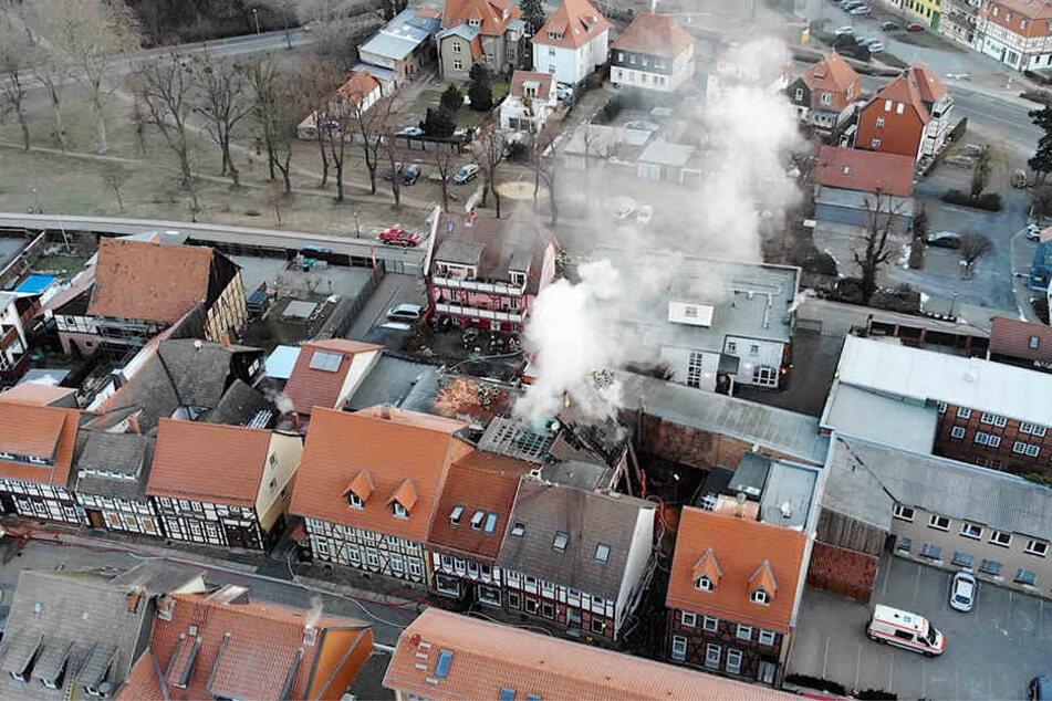 Weil sich das Hotel mitten in der historischen Altstadt befindet, hatte die Feuerwehr Schwierigkeiten, an den Brand heranzukommen.
