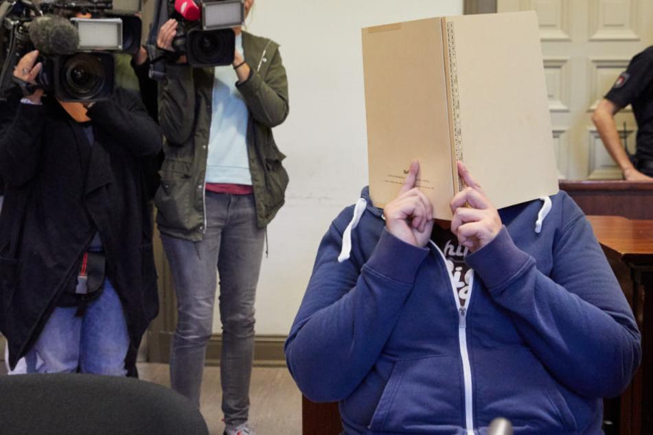 Die Angeklagte sitzt vor Prozessbeginn im Saal des Strafjustizgebäudes.