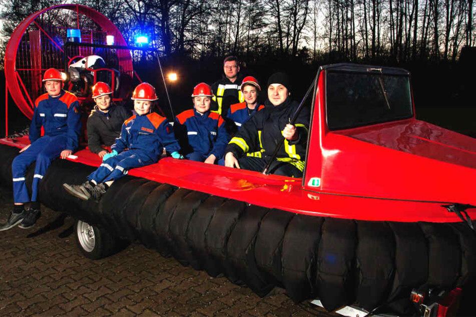 Volle Kraft voraus: Die Spreetaler Jugendfeuerwehr übt für künftige Einsätze  mit dem neuen Luftkissenboot.