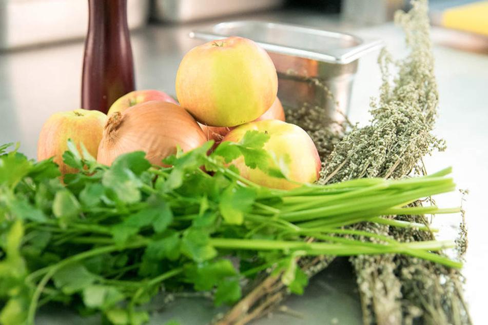 Zwiebel, Beifuß, Apfel und Blattpetersilie: In der Genusswerkstatt wird nach  Großmutters Rezepten gekocht und gewürzt.
