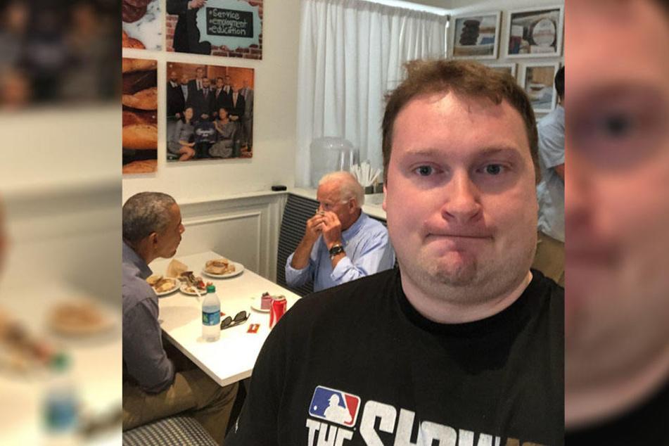 Dies ist kein gewöhnliches Selfie, denn im Hintergrund sitzen zwei Berühmtheiten.
