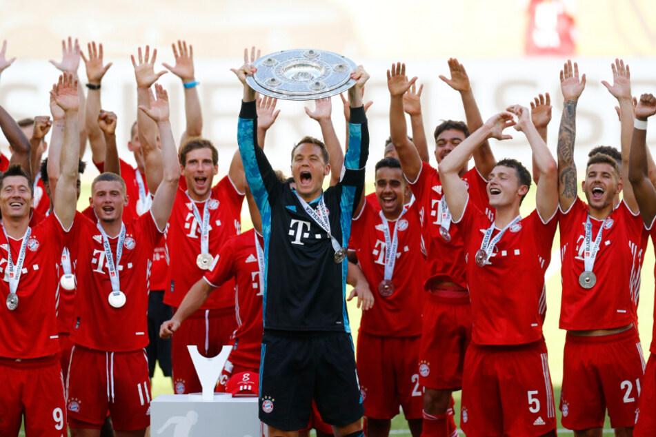Die Spieler des FC Bayern feiern die Meisterschaft nach dem Spiel gegen Wolfsburg. Hoeneß traut der Mannschaft auch das Triple