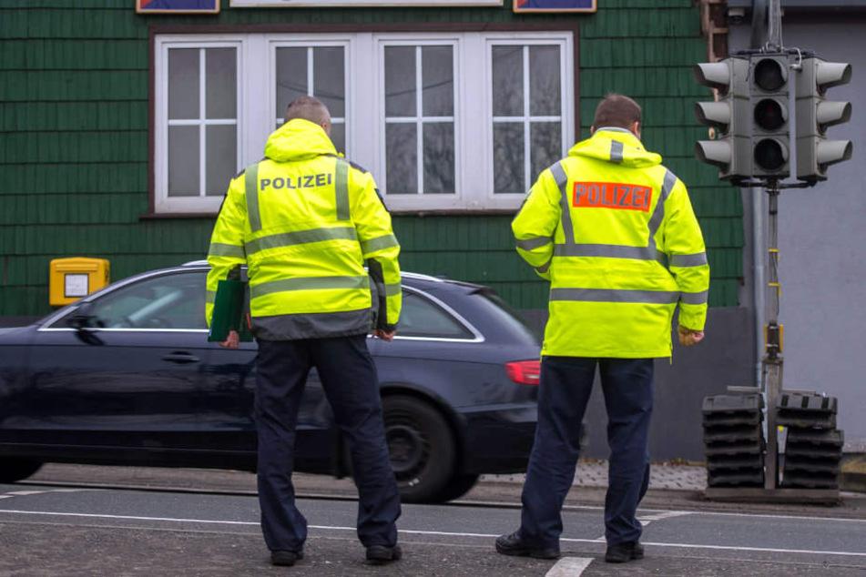 Nach dem tragischen Unfall begutachten Polizisten die Unfallstelle genauer.