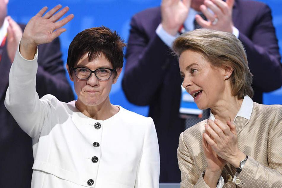 Beifall von Ursula von der Leyen für Annegret Kramp-Karrenbauer.