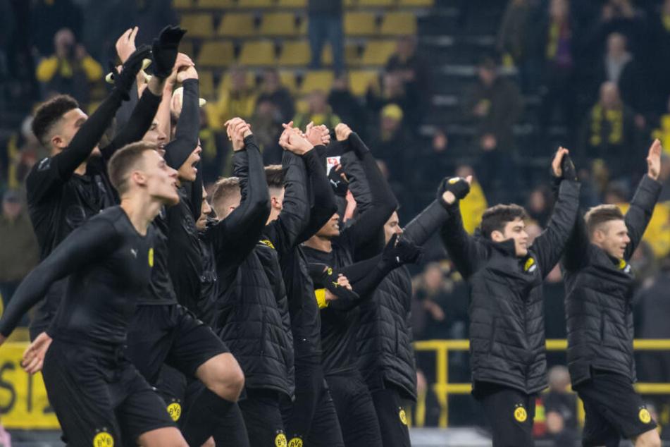 Nach dem überzeugenden 5:0-Erfolg jubeln die Dortmunder mit den Fans.