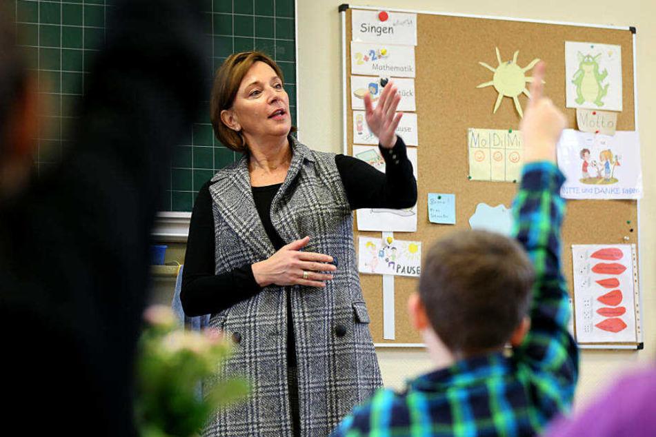 """""""Die Regeln der deutschen Rechtschreibung müssen von der ersten Klasse an gelernt werden"""", sagt Schulministerin Yvonne Gebauer (FDP, mi.)."""