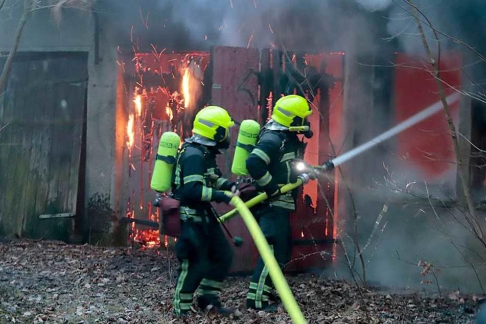 Die Feuerwehr beim Löschen der brennenden Baracke.
