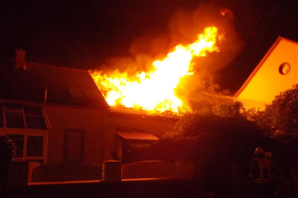 Die Einsatzkräfte kämpften drei Stunden lang gegen das Feuer.