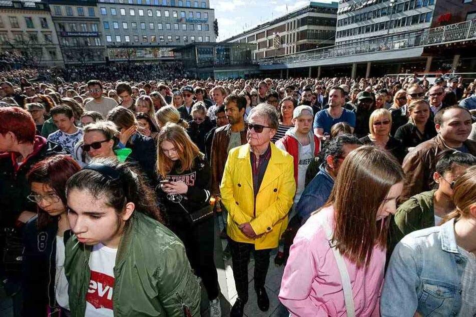 Tausende Menschen versammelten sich in der Innenstadt von Stockholm, um Abschied von Avicii zu nehmen.