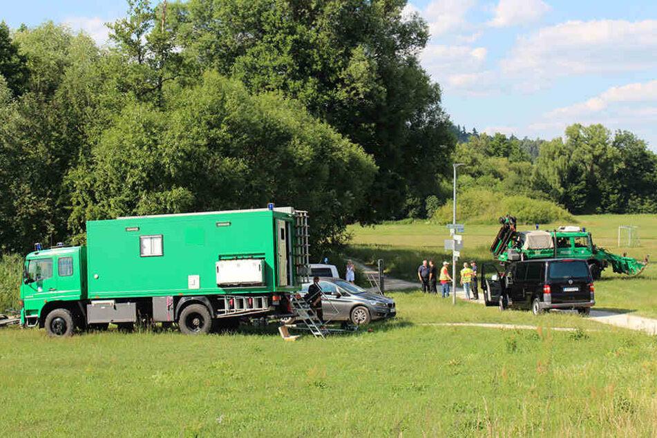 Bereitschaftspolizei aus Nürnberg sucht die Pegnitzwiese nach der vermissten Tramper ab.
