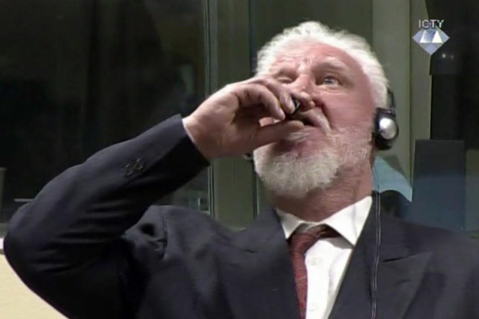 Slobodoan Praljak nahm Gift aus einem Flakon vor dem UN-Tribunal.