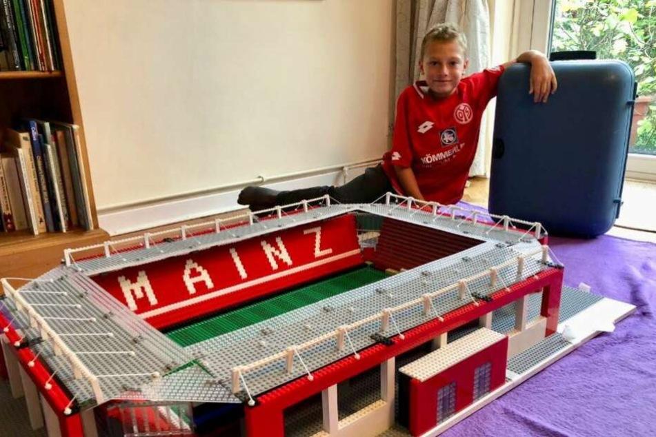 Joe Bryant posiert mit seinem neu gebauten Mainz-Stadion