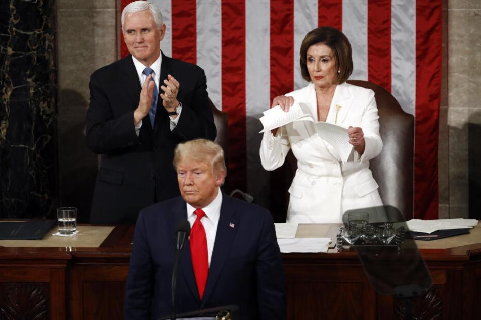 Eklat bei Trumps Rede: Vor aller Augen zerreißt Gegnerin Pelosi sein Manuskript