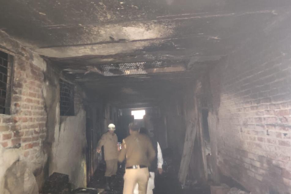 Das Bild aus dem Inneren der Fabrik zeigt, wie schlimm das Feuer gewütet haben muss.