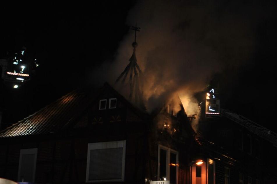 Das Feuer brach im Dachstuhl des Mehrfamilienhauses aus.