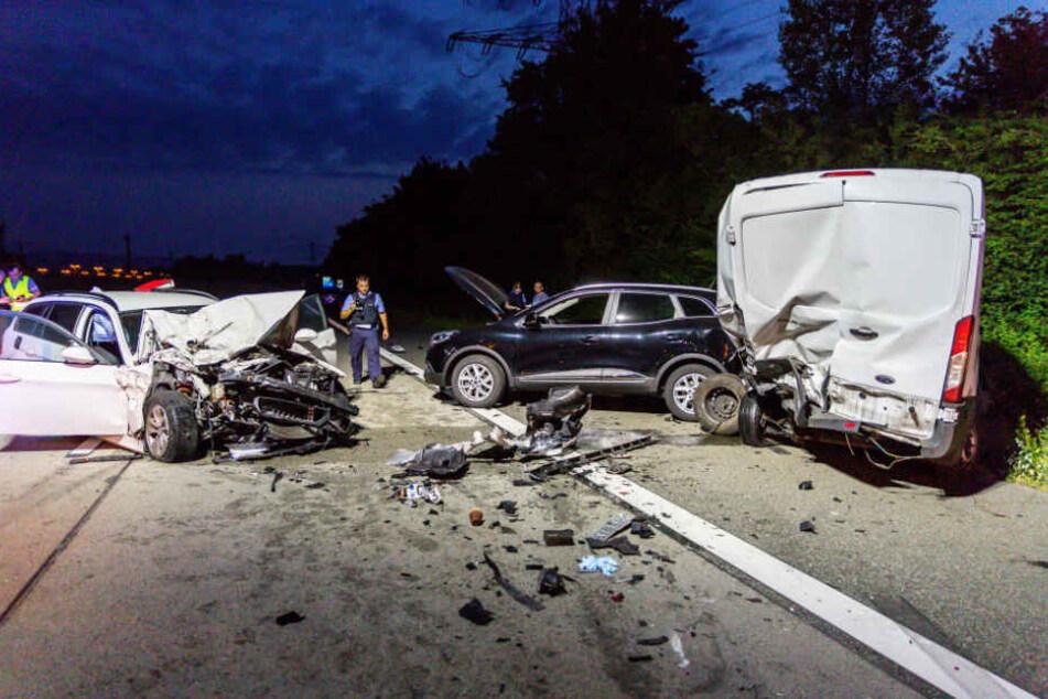 Beim Folgeunfall raste eine Frau in zwei auf geparkte Autos auf dem Standstreifen.