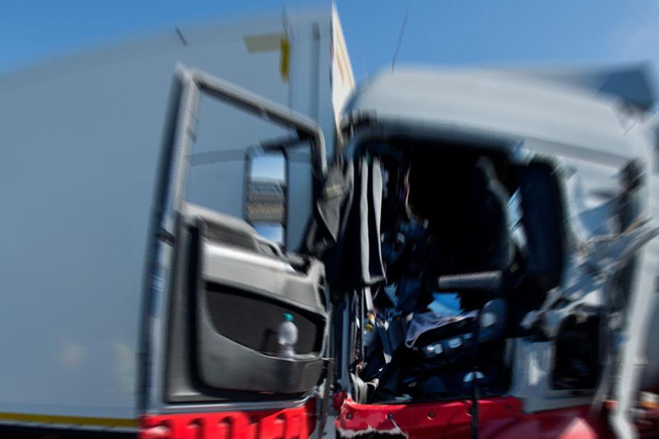 Ein Lkw soll auf einen anderen Lkw aufgefahren sein. (Symbolbild)