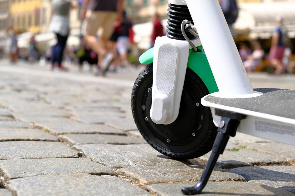 Die schnellen Fahrten mit dem Elektro-Roller können manchmal gefährlicher sein, als sie von seinem Benutzer eingeschätzt werden. (Symbolbild)