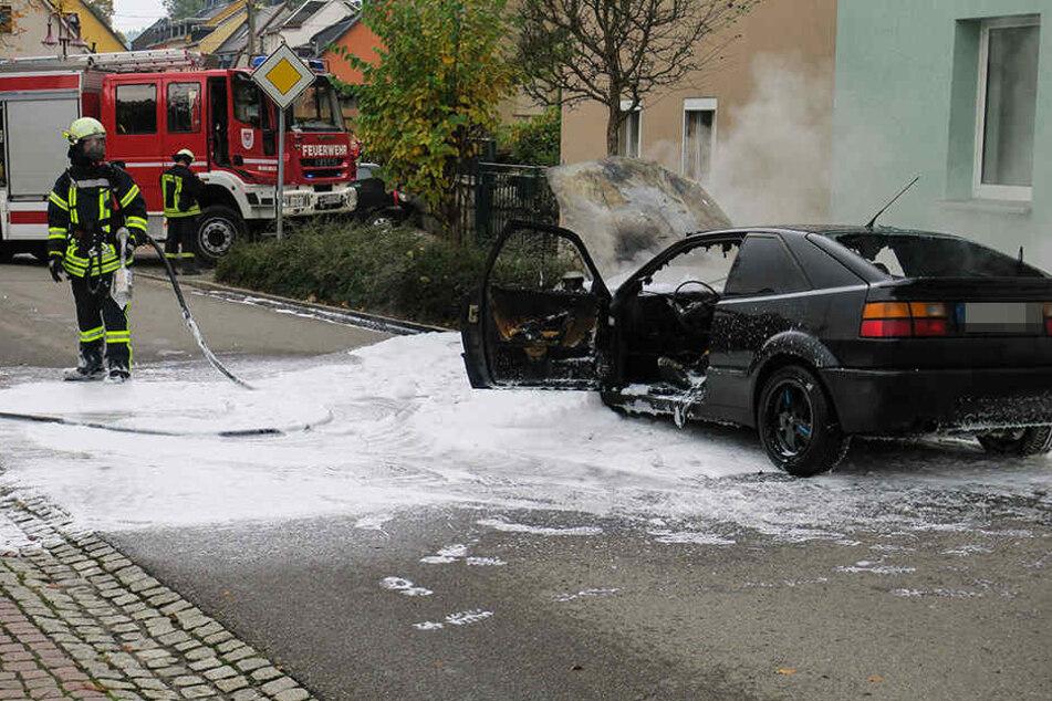 Der VW brannte komplett aus.