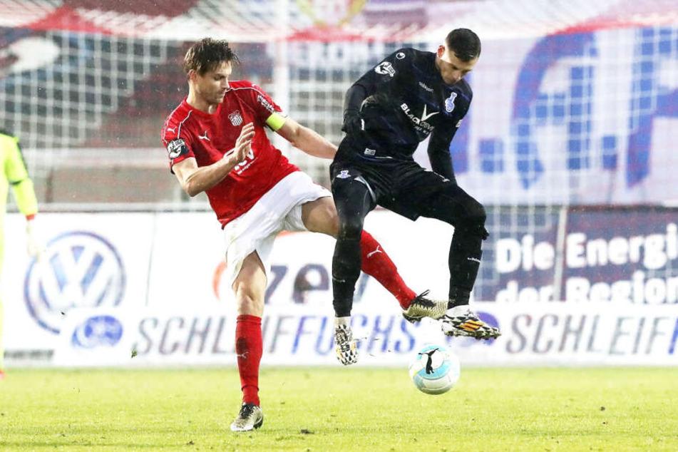 Von 2011 bis 2017 schnürte Robert Paul (l., hier gegen den Duisburger Andreas Wiegel) für den FSV Zwickau die Töppen.