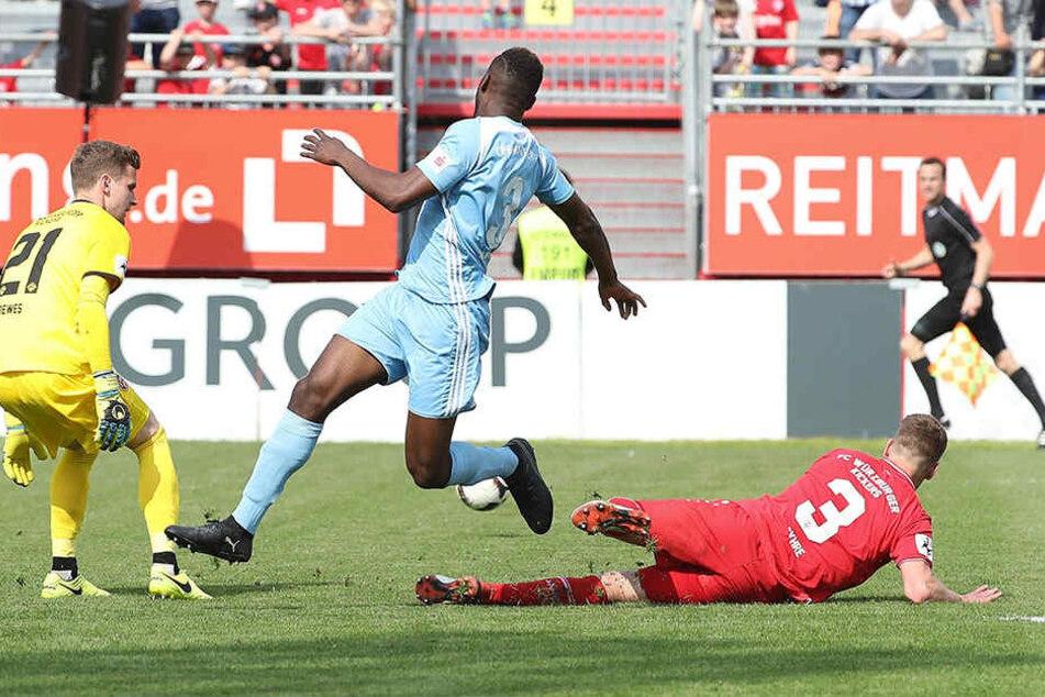 Emmanuel Mbende (M.) wurde in der 90. Minute eingewechselt, bewegen konnte er natürlich nichts mehr.