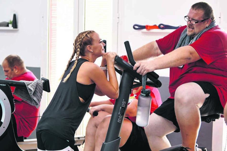 Wird man ihn nach Ende der Staffel noch wiedererkennen? Mario Pohl (39) rückt mit Personal-Trainerin Mareike Spaleck tapfer seinen überzähligen Pfunden zu Leibe.