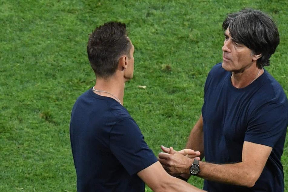 Bei der WM 2018 war Miroslav Klose (l) Assistenztrainer unter Joachim Löw (r).