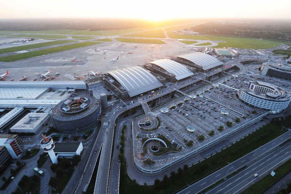 Die Sonne geht hinter dem Hamburger Flughafen unter. (Archivbild)