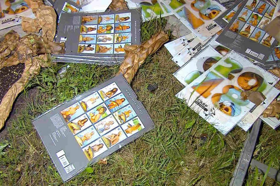 """Nur einige der """"Karpfen-Kalender"""" konnten aus den Flammen gerettet werden."""